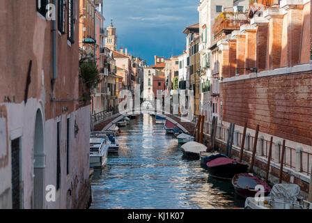 Venecia-marzo 7:Canal de Venecia con barcos y puente,Venecia,Italia,el 7 de marzo de 2017.