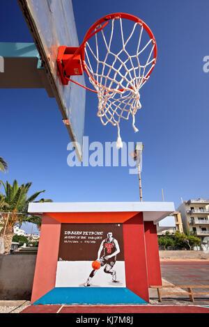 Graffiti de la gran tarde jugador de baloncesto croata Drazen Petrovic en una cancha de baloncesto abierto en ierapetra town, en la isla de Creta, Grecia.