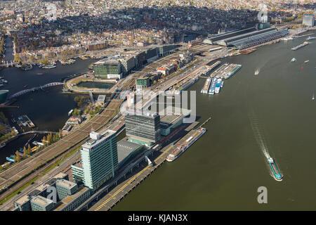 Vista aérea de y a la estación central de trenes de Amsterdam, Países Bajos