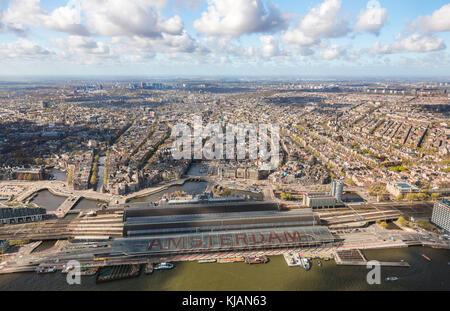 Vista aérea del centro antiguo de la ciudad de Ámsterdam, Países Bajos