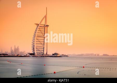 Dubai, Emiratos Árabes Unidos, Junio 7, 2016: Vista del mundialmente famoso Hotel Burj Al Arab al atardecer Foto de stock