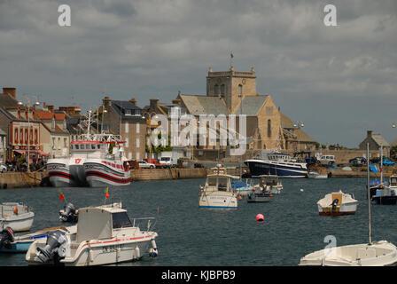 Vista del puerto y Barfleur Iglesia Cotentin Bretaña Francia