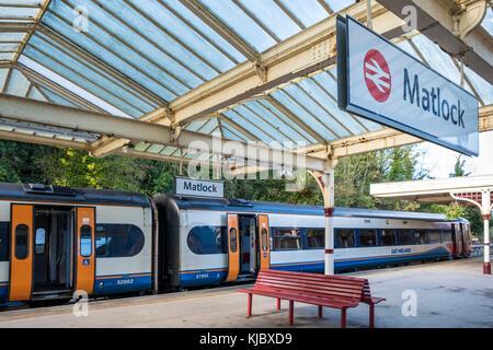 East Midlands Trains tren con las puertas abiertas esperando que salen desde la estación ferroviaria Matlock, Derbyshire, Inglaterra, Reino Unido. Foto de stock