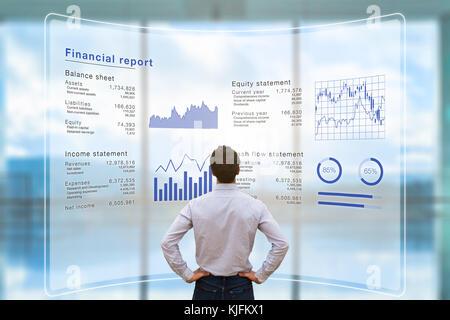 Empresario analizando datos de informe financiero de las operaciones de la compañía (balance, estado de ingresos) en la pantalla del ordenador virtual con gráfico de negocios