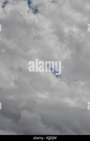 Cielo nublado en la acumulación de la temporada húmeda, Townsville, Queensland, Australia