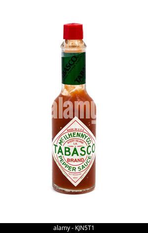 Botella de Salsa de pimiento picante Tabasco aislado sobre fondo blanco. Foto de stock