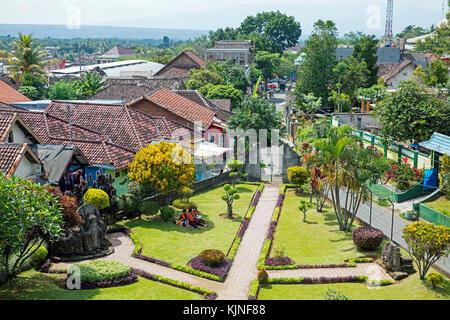 Vistas sobre el pueblo de tumpang candi jago, 13th-century templo hindú, distrito de tumpang cerca de Malang, Java oriental, Indonesia