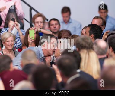 """MIAMI, FL - 15 DE JUNIO: Jeb Bush parece hes alrededor para bloquear los labios con MOM Barbara Bush. El ex Gobernador de la Florida Jeb Bush en el escenario para anunciar su candidatura para la nominación presidencial republicana de 2016 en Miami Dade College - Campus de Kendall Theodore Gibson (Gymnasium), Centro de Salud, el 15 de junio de 2015 en Miami, Florida. John Ellis """"JEB"""" Bush intentará seguir a su hermano y su padre en el más alto cargo del país cuando él anuncia oficialmente hoy que va a correr para presidente de los Estados Unidos. Personas: Jeb Bush, Barbara Bush"""