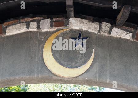 Baernbach, Austria - 23.09.2017: la media luna islámica representada en una de las puertas de la iglesia de St Barbara. Foto de stock