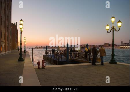 Vaporetto al atardecer desde hacia Giudecca en Venecia Dorsoduro