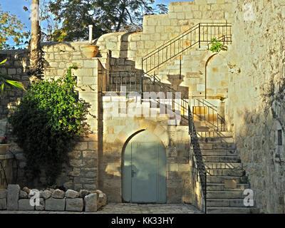 Fuera de la puerta de la iglesia vieja y escalera en Jerusalén