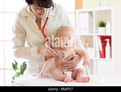Mujer pediatra examina, Baby Boy con estetoscopio