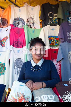 Mercado de Otavalo y de calada mujer adolescente stallholder, Mercado de Otavalo, Ecuador Sudamérica