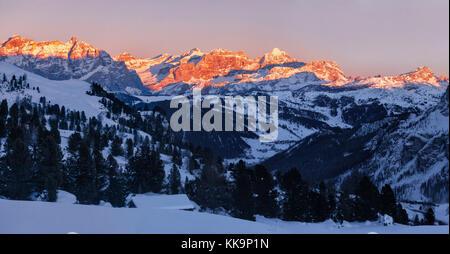 Panorama de la puesta de sol sobre los Dolomitas Fanis, Tirol del Sur, Italia