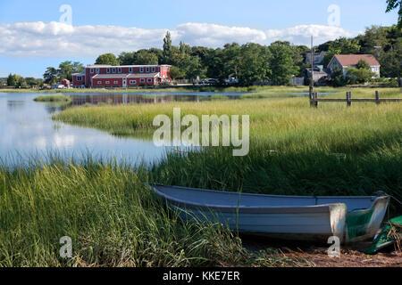 Barco en la orilla de Scénic Duck Creek en Wellfleet, Massachusetts en Cape Cod.