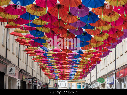 Paraguas abiertos de los cables colgando por encima del centro comercial del área de Southgate de la ciudad de Bath.