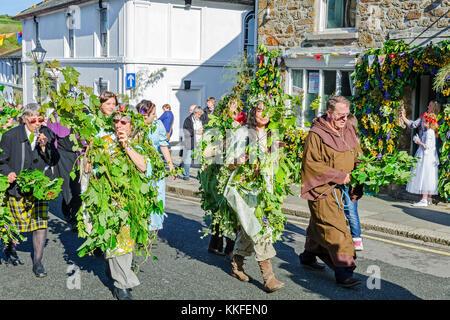 Los participantes en el hal-un-tow pageant sobre flora día en helston, Cornwall, Inglaterra, Reino Unido.