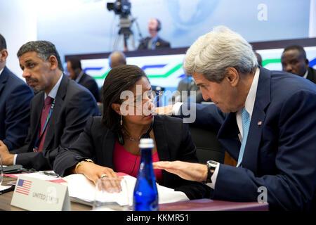 El secretario de estado, John Kerry conversaciones con la asesora de seguridad nacional, Susan e. el arroz durante la cumbre de líderes de África de EE.UU. en los EE.UU. El Departamento de Estado en Washington, d.c., ago. 6, 2014.
