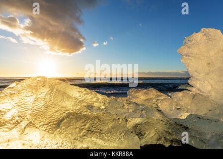 Jokulsarlon, este de Islandia, Islandia, el norte de Europa. La icónica poco icebergs forrados en la playa de arena negra.