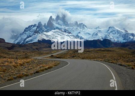 Monte Fitz Roy, Parque Nacional los Glaciares (Patrimonio de la Humanidad), y camino a el Chalten, Patagonia, Argentina, Sudamérica Foto de stock