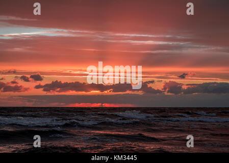 Hermosa puesta de sol en el mar Báltico Foto de stock