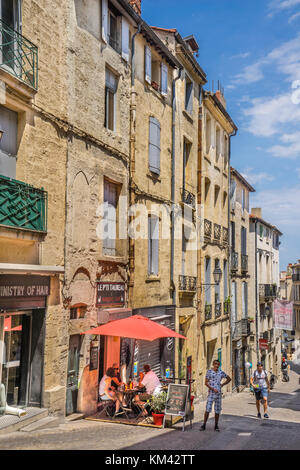Francia, departamento de Hérault, Montpellier, Rue de l'Université en el centro histórico de la ciudad.