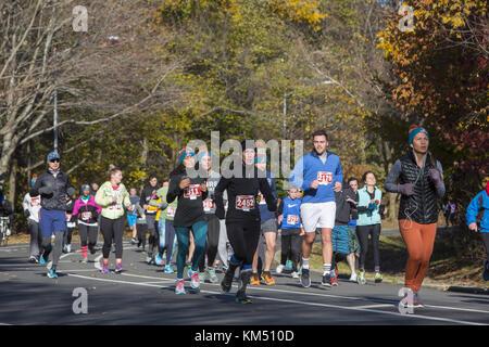 """Los corredores en Prospect Park en el popular anual de acción de gracias por la mañana """"Turquía Trot' 5 mile run en Brooklyn, Nueva York."""