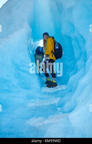 Caminante en la cueva de hielo, el glaciar perito moreno, parque nacional Los Glaciares (Zona patrimonio de la humanidad), Patagonia, Argentina, Sudamérica (MR)