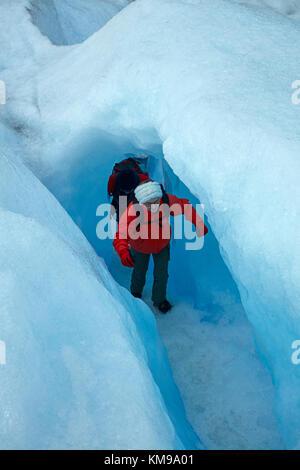 Los excursionistas en la cueva de hielo, el glaciar perito moreno, parque nacional Los Glaciares (Zona patrimonio de la humanidad), Patagonia, Argentina, Sudamérica