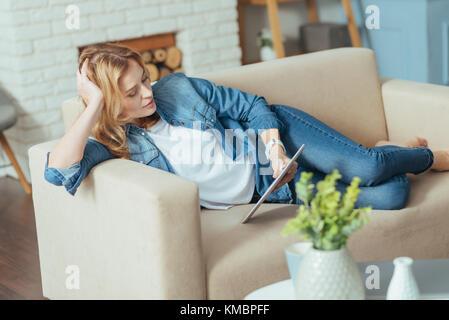 Relajante joven sentirse bien al leer
