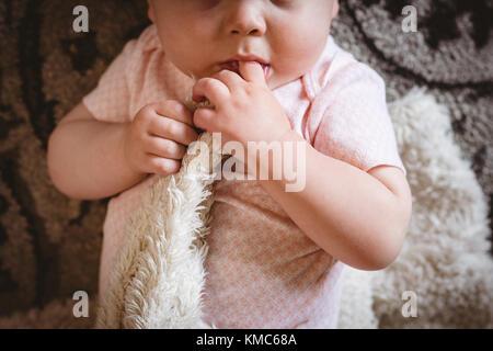 Lindo bebé acostado sobre una manta