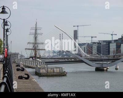 Moderno y tradicional a lo largo del río Liffey en Dublín, Irlanda Foto de stock