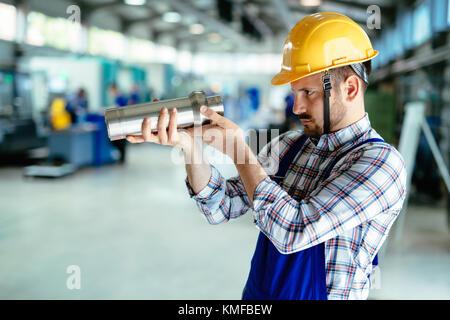 Retrato de un ingeniero que trabaja en la fábrica de metal Foto de stock