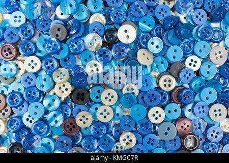 Conjunto de botones de costura azul sobre fondo blanco.