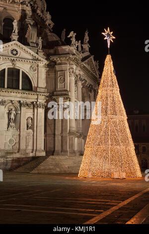 El árbol de Navidad iluminado en frente de la Basílica di Santa Maria della Salute, Dorsoduro, Venecia, Véneto, Italia