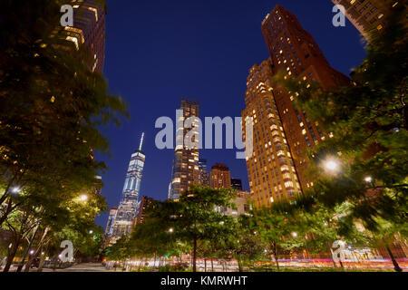 West Street en el Bajo Manhattan con sus skyscrapeers (50 West Street y One World Trade Center) en el crepúsculo. Distrcit financiera, la ciudad de Nueva York