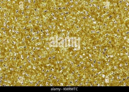Fondo de perlas de vidrio de color amarillo dorado.