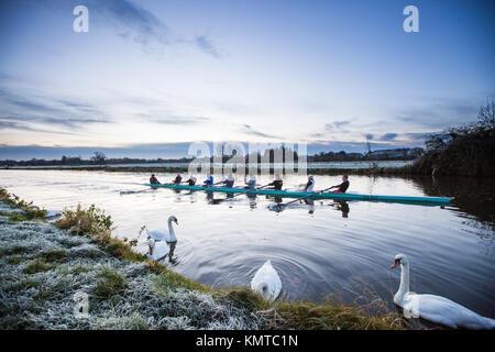 Los remeros en el río Cam en Cambridge en una fría mañana de sábado de congelación al amanecer. Foto de stock