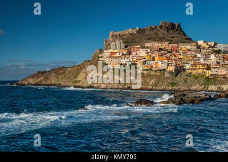 Fortezza dei Dioria, castillo y la ciudad medieval de Castelsardo en promontorio sobre el Golfo de Asinara, al atardecer, provincia de Sassari, Cerdeña, Italia