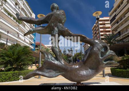 Hombre Sobre Delfín (hombre superior delfín): Una de las esculturas de Salvador Dalí en la Avenida del Mar, Marbella, Foto de stock