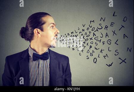 Hombre hablando con las letras del alfabeto que sale de su boca. La comunicación, la información, el concepto de inteligencia