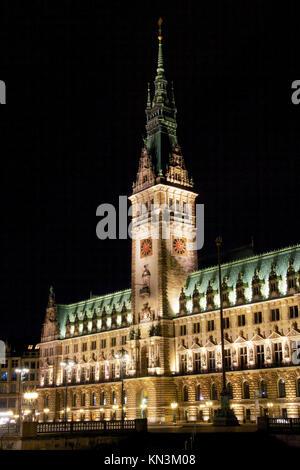 Rathaus (ayuntamiento) en el norte de la ciudad-estado alemana de Hamburgo por la noche.