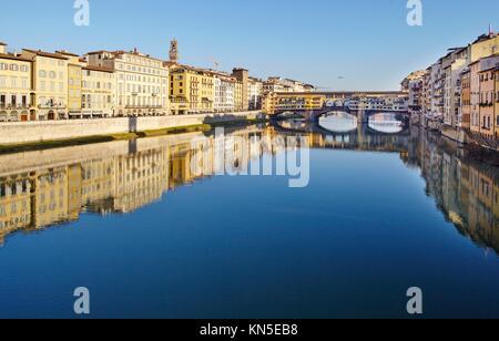 El Ponte Vecchio, el río Arno, en Florencia.