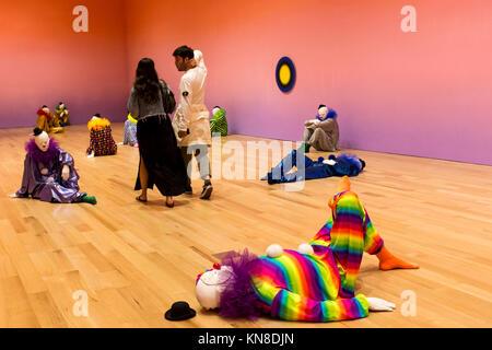 Miami Beach, EE.UU. 10 dic, 2017. Los visitantes mira la obra de arte 'vocabulario de soledad' por el artista suizo Ugo Rondinone en el recién reabierto Bass Museum of Contemporary Art, en el último día de la Semana de Arte y Miami Art Basel Miami, Miami Beach, Florida. 10 de diciembre de 2017