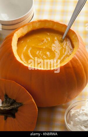 Sopa de calabaza recién hechas en un naranja calabaza.