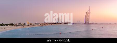 Vista panorámica de la playa de Jumeirah y mundialmente famoso hotel Burj Al Arab al atardecer Foto de stock