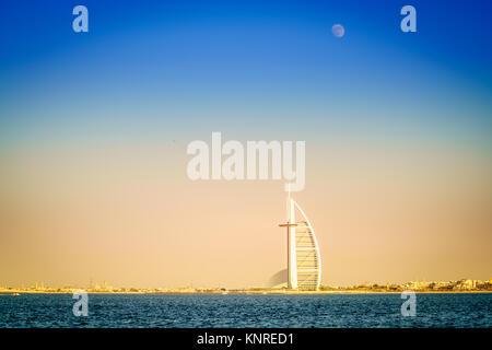 Dubai, EAU, Noviembre 12, 2016: La luna se eleva sobre el Burj Al Arab, el único hotel de lujo de 7 estrellas Foto de stock