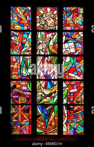 Baden-Baden, Alemania - 27 de marzo: vidriera representando a San Francisco de Asís en la Iglesia de Bade-Baden Stift, Alemania, el 27 de septiembre de 2015.