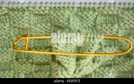 Cesta tejida de patrón de tejido en agujas de tejer en lana de color ...