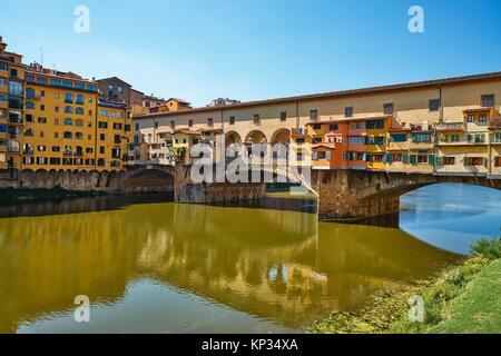 El Ponte Vecchio ('Puente Viejo') es una piedra medieval spandrel cerrado de arco rebajado puente sobre el río Arno, en Florencia, Italia, señaló que todavía